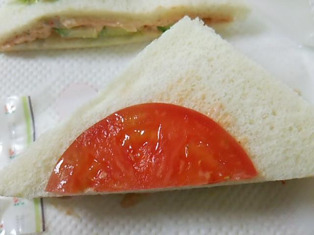 海老アボカドサンドのトマトスライスのアップ