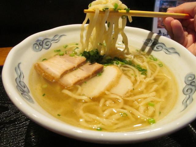 与那原家駒吉の沖縄そばの麺