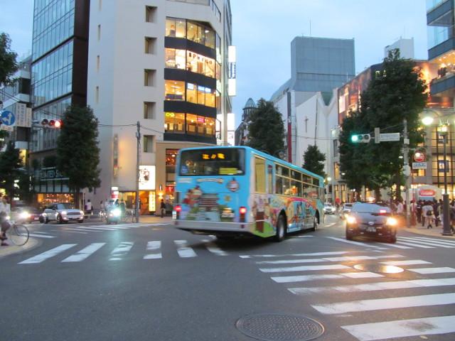 江ノ電バス渋谷パルコ前を走り去る