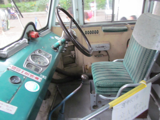 弁慶号先頭座席から運転席を見る