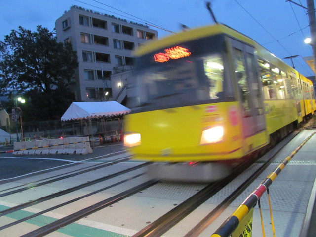 世田谷駅の踏切を走り抜ける世田谷線