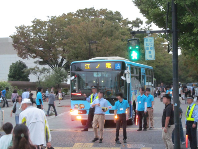 江ノ電バス警備員に止められる