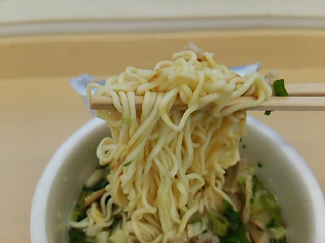 三崎まぐろラーメンの麺を持ち上げたアップ