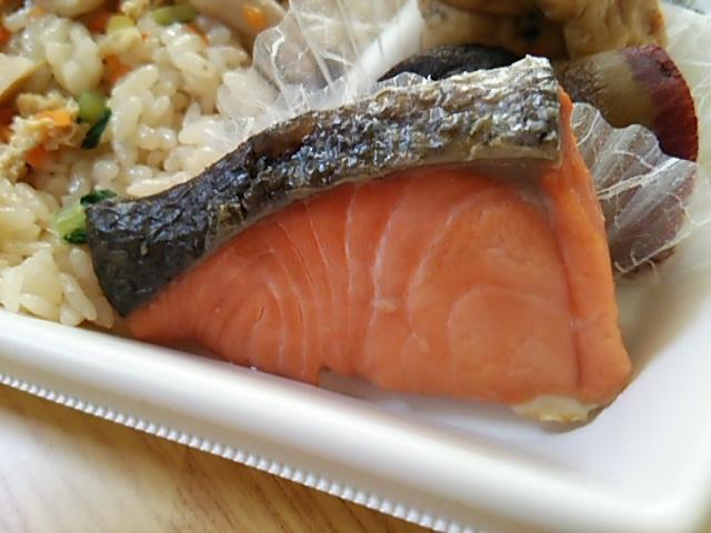 きのこ炊込御飯弁当焼鮭アップ