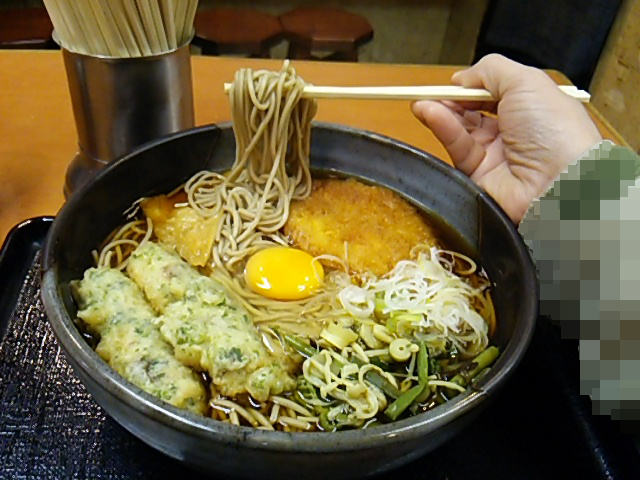上野つるやジャンボ五目そばの麺を持ち上げる