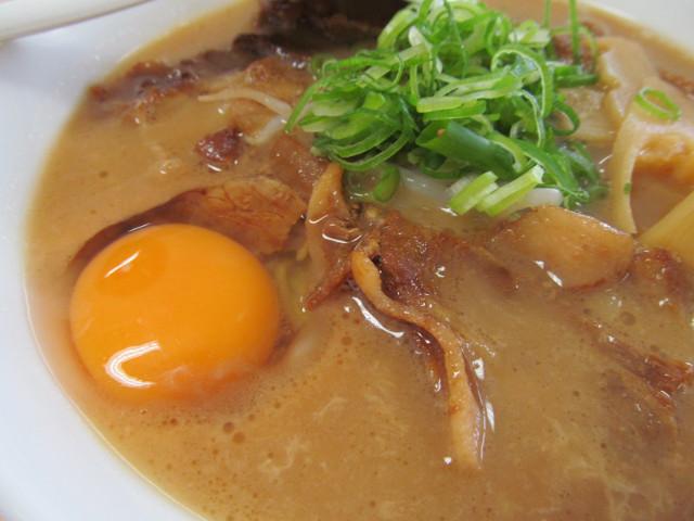 徳島ラーメン岩田家の肉と生玉子