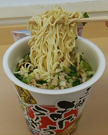 三崎まぐろラーメンの麺を持ち上げる