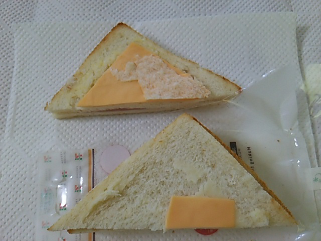 ホットサンドハムチーズを2枚めくる