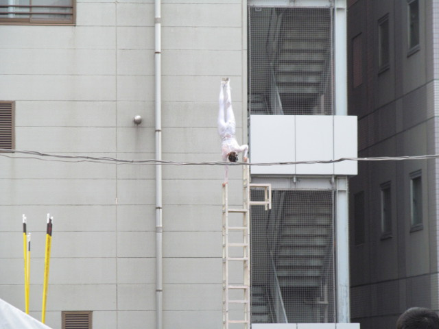 三茶de大道芸2014中国雑技芸術団が積み上げたイスの上で逆立ち