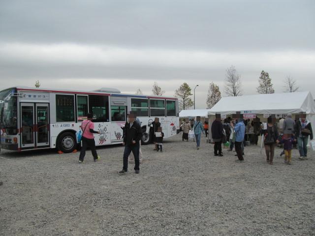 東急バスの車両とテント