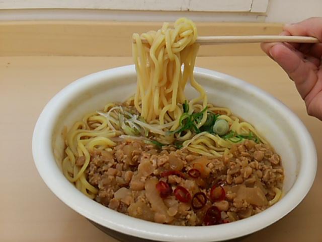 勝浦タンタンメンの麺を持ち上げる