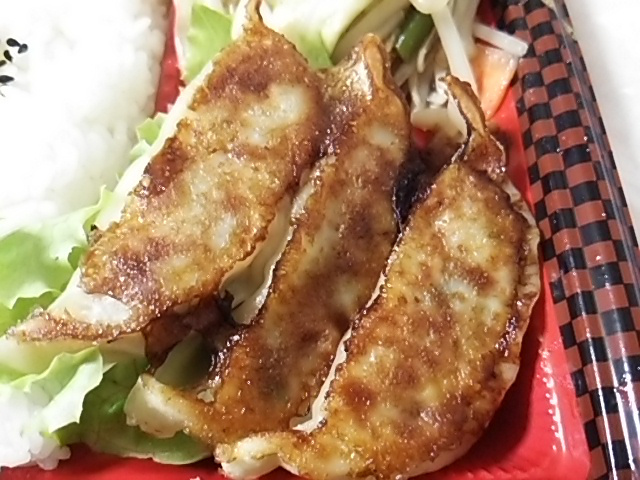 野菜炒め焼餃子弁当の焼餃子