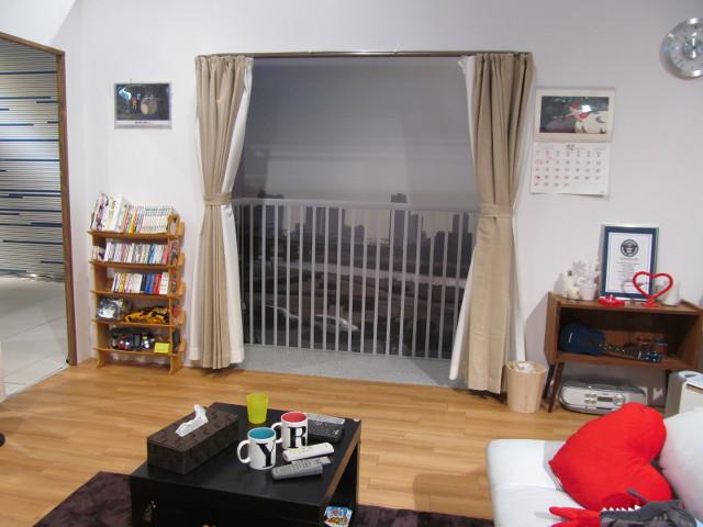 安部家のリビングルームの窓