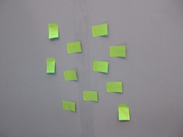 姫ちゃんのベッドの壁には付箋がいっぱい