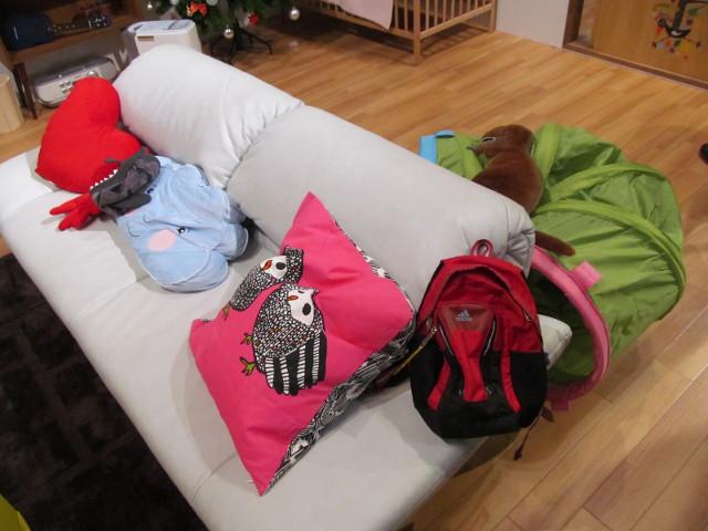 安部家のリビングルームのソファ