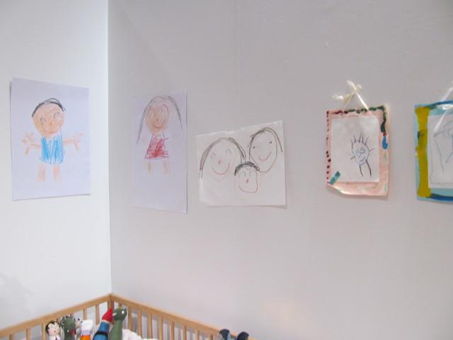 安部家のリビングルーム壁に飾られた絵