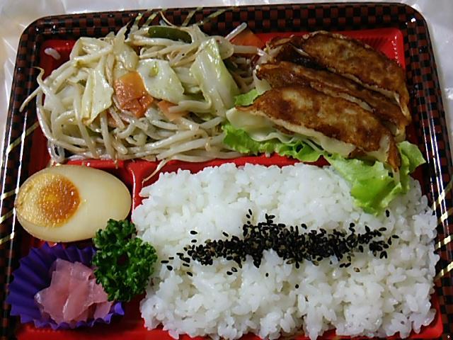 野菜炒め焼餃子弁当を開封