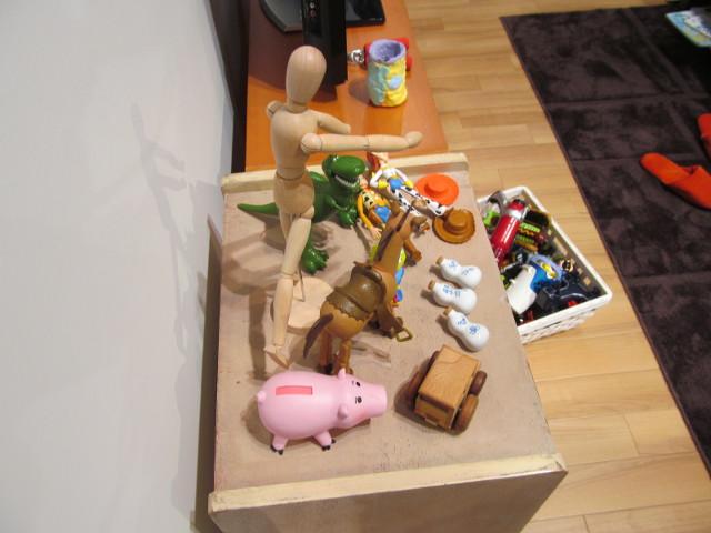 安部家のリビングルームテレビ横の小物たち