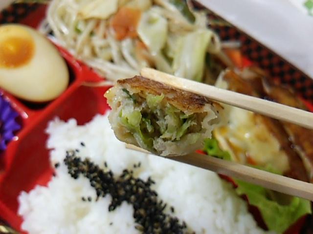 野菜炒め焼餃子弁当の焼餃子の断面