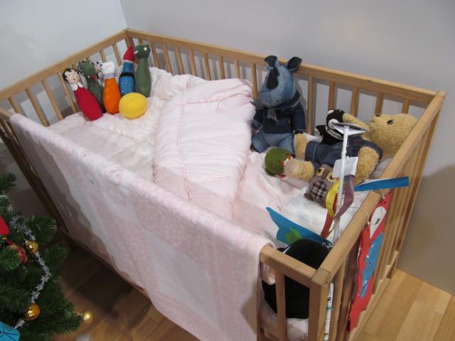 安部家のリビングルームのベッド
