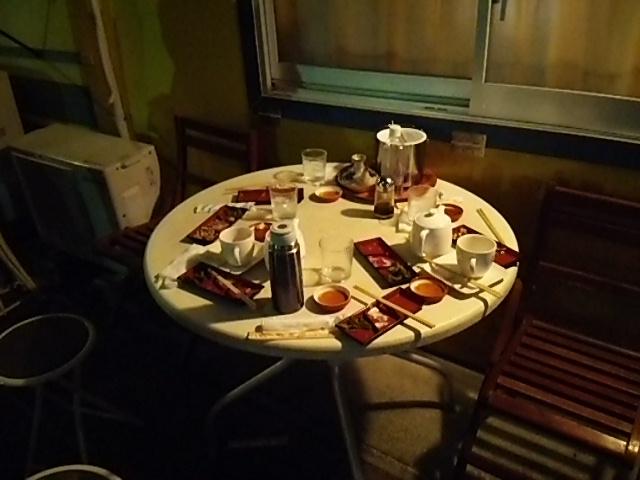 新茶家の外のテーブル