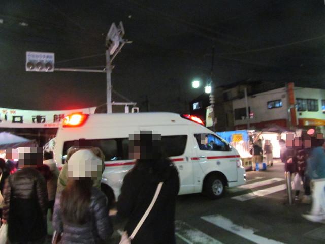 世田谷ボロ市20150116会場を行く救急車