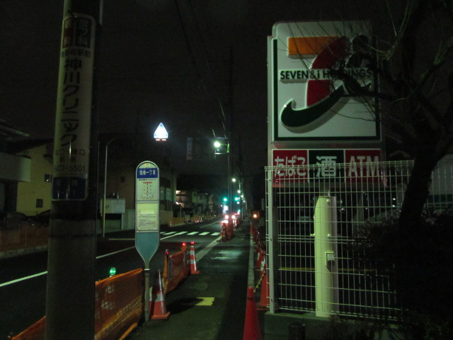 セブンイレブン世田谷弦巻1丁目店とバス停