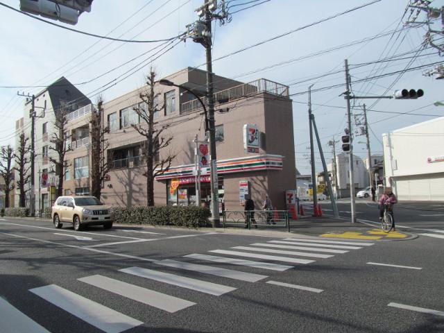 信号の反対側から見たセブンイレブン桜小前店