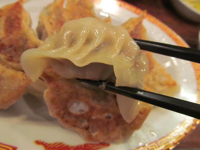 タイガー軒世田谷上町店じゃんじゃん餃子定食のじゃんじゃん餃子を持ち上げる
