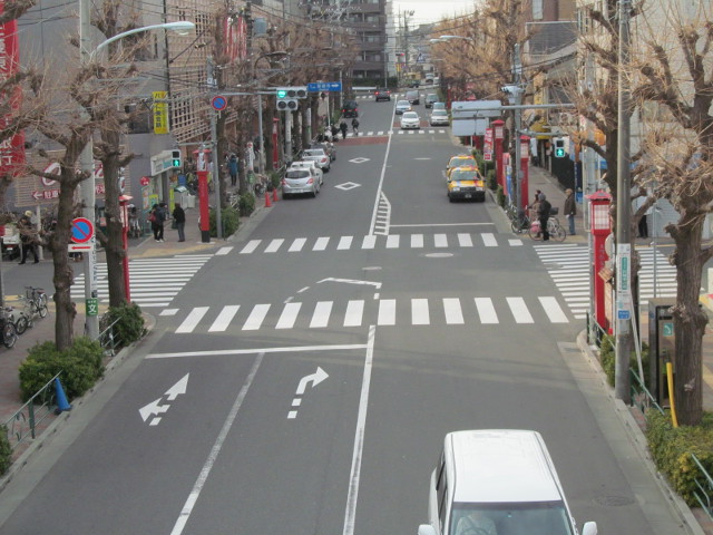 セブンイレブン桜小前店開店前日の上町駅前の交差点