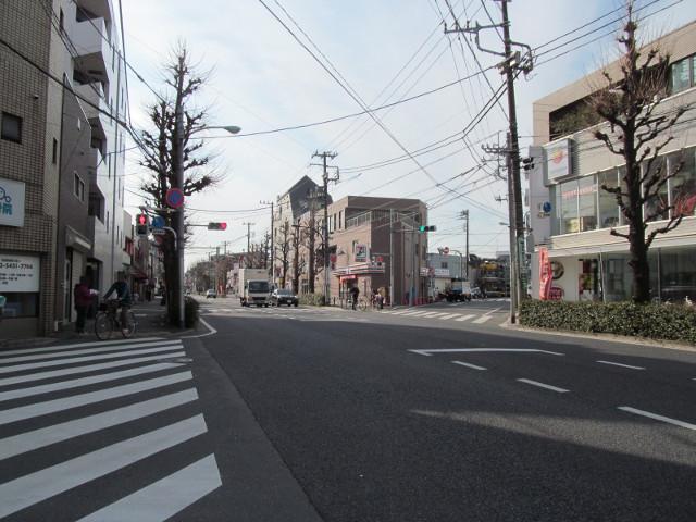 世田谷一郵便局の信号から見たセブンイレブン桜小前店