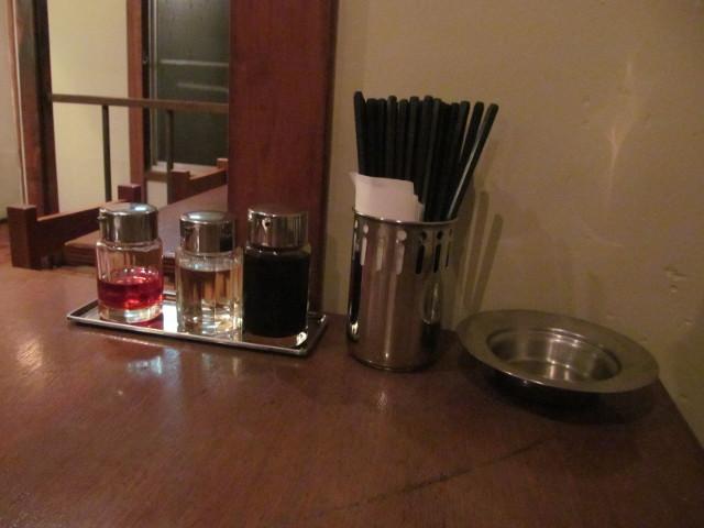 タイガー軒世田谷上町店の2階のテーブルの調味料たち