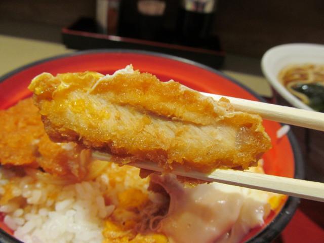 三軒茶屋富士そばのかつ丼セットのかつ丼の断面