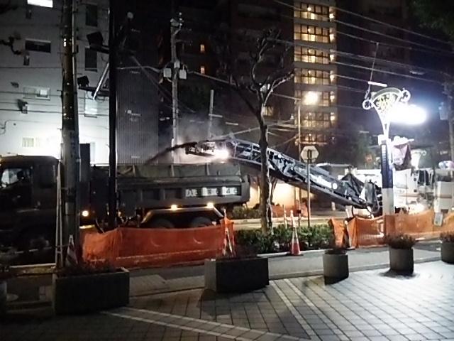 世田谷通り大工事20150203ダンプにアスファルト注入2