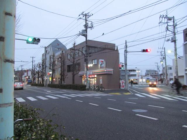 開店10分前のセブンイレブン世田谷桜小前店