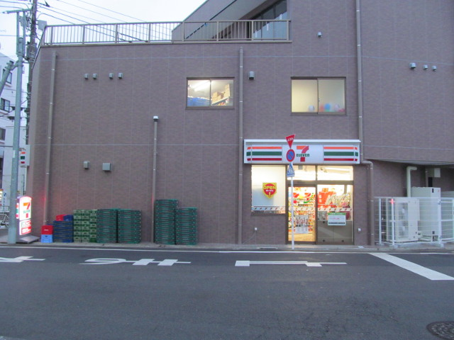 1つだけ看板が点灯したセブンイレブン世田谷桜小前店