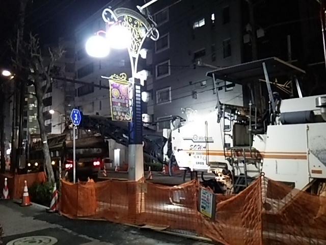 世田谷通り大工事20150203ダンプにアスファルト注入3