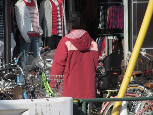 セブンイレブン桜小前店開店前日ユニクロ前のスタッフのアップ