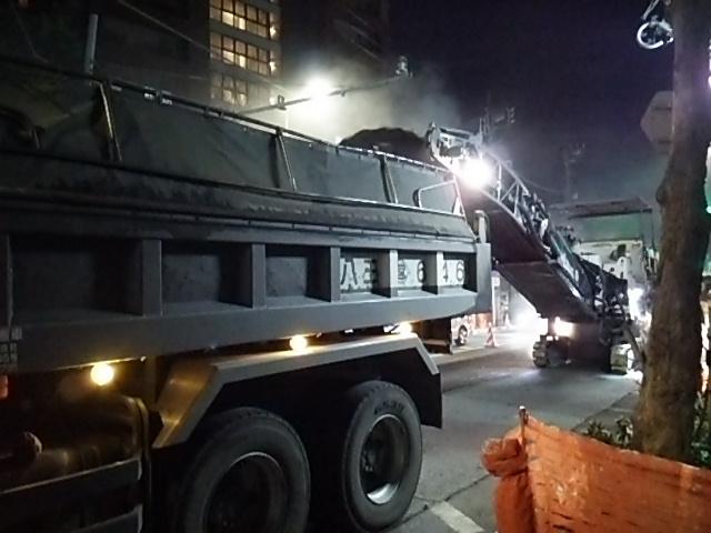 世田谷通り大工事20150203ダンプにアスファルト注入