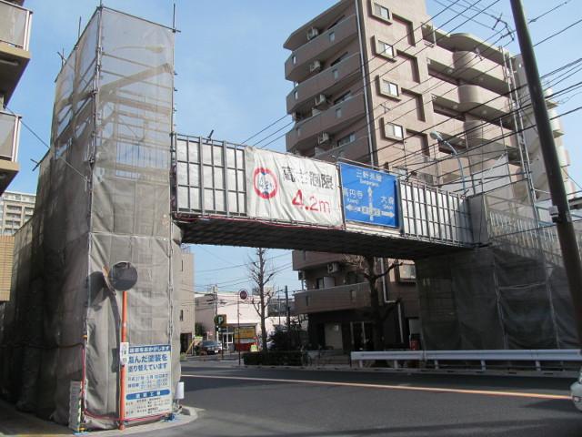 若林三丁目の工事中の歩道橋遠景その2