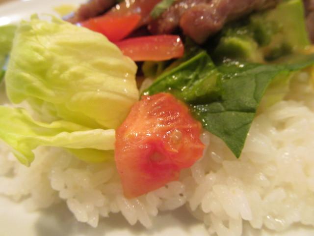 ガストステーキとアボカドのサラダごはんのトマトレタス