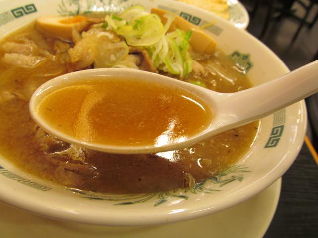 日高屋の肉そばのスープ