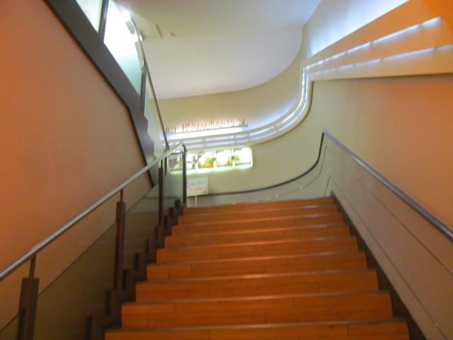 東急プラザ渋谷B2Fレストラン街から階段を見上げる