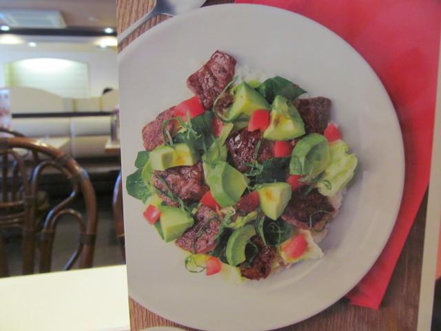 ガストステーキとアボカドのサラダごはんのメニューの写真