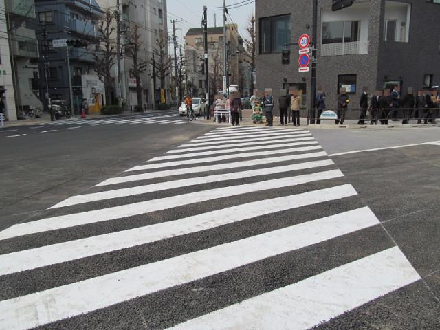 急いで開通した横断歩道へ戻ります