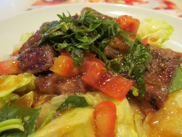 ガストステーキとアボカドのサラダごはんに和風ポン酢ソースをかける3