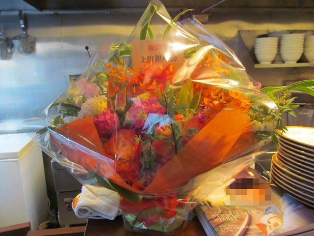 タイガー軒世田谷上町店19日目カウンターに祝い花