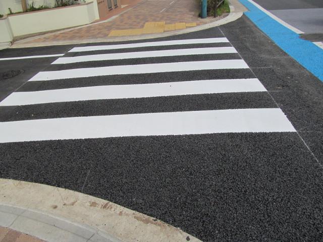 補助154号線横の新しい舗装と新しい横断歩道