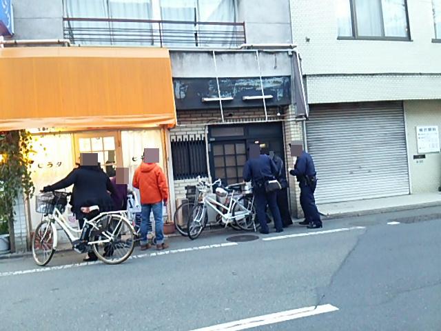 うさぎやのドアの鍵を開けようとしている警察官