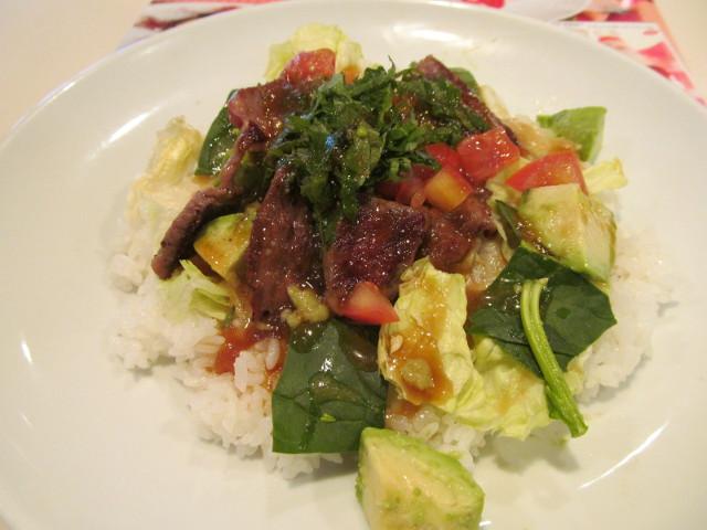 ガストステーキとアボカドのサラダごはんに和風ポン酢ソースをかける1